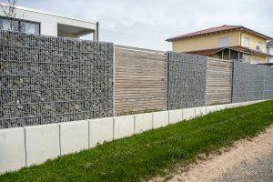 Sichtschutz aus Gabione & Holz