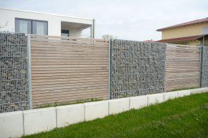 Sichtschutz aus Gabione und Holz